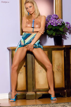 Anita Dark jugando con un dildo azul en su coñito, foto 9