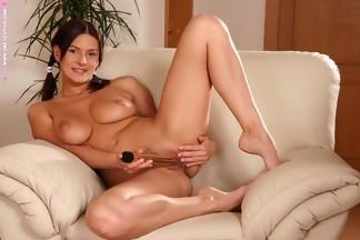 Anita Queen en un sillón masturbándose con un dildo, foto 16