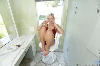 Cleo Vixen se desnuda en el baño, foto 1