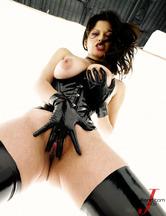 Evie Delatosso enfundada en un traje de cuero, foto 6