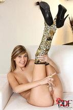 Holly Belle masturbándose con un dildo de cristal, foto 14