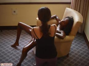 Interracial penetrando con dos dedos el coñito de Valerie, foto 15