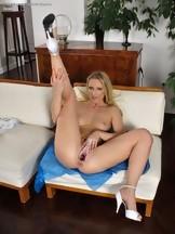 Jasmin Field masturbándose con una polla de goma, foto 15