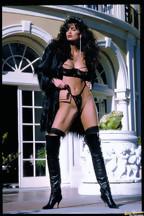 Julie Strain posa al aire libre con una lencería negra, foto 2