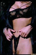 Julie Strain posa al aire libre con una lencería negra, foto 9