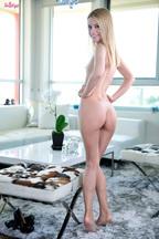Kennedy Kressler desnudándose hasta enseñar su coñito depilado, foto 7