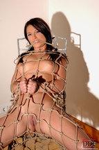Lana S. desnuda atada a una silla, foto 2