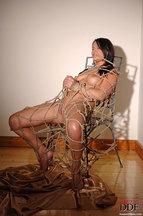 Lana S. desnuda atada a una silla, foto 7