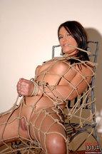 Lana S. desnuda atada a una silla, foto 8