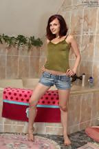 Leila Smith abriéndose el coño con con un espéculo, foto 1