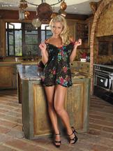 Lena Nicole jugando con un pepino en la cocina, foto 6
