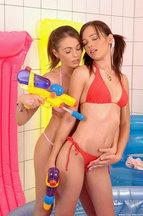 Nikita Williams y Nelly Sullivan masturbándose en una bañera de agua, foto 1