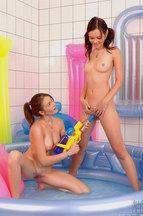 Nikita Williams y Nelly Sullivan masturbándose en una bañera de agua, foto 9