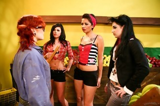 Orgía lésbica con Andy San Dimas, Draven Star, Coco Velvett y Misti Dawn, foto 1