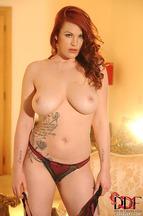 Paige Delight quitándose una braguitas para posar desnuda, foto 6