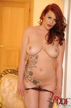 Paige Delight quitándose una braguitas para posar desnuda, foto 8