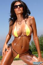 Rita G. y sus impresionantes tetas bajo un bikini amarillo, foto 2