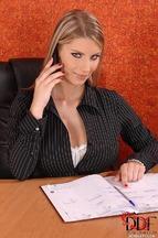 Secretaria Katerina Hartlova follada encima del escritorio, foto 1