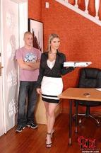 Secretaria Katerina Hartlova follada encima del escritorio, foto 2