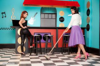 Tweety Valentine y Kimberly Kassanova posan desnudas y a cuatro patas, foto 1