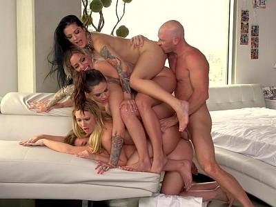 Maddy Oreilly,Kissa Sins,Karmen Karma,Kaylee Evans y Katrina Jade y Johnny Sins