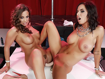Brandy Aniston y Abigail Mac