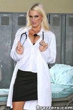 Enfermera madurita Rhyse Richards follándose a Cheyne Collins, foto 1