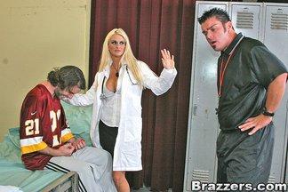 Enfermera madurita Rhyse Richards follándose a Cheyne Collins, foto 4