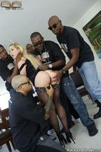 Gangbang interracial con la guarra Cherie Deville, foto 5