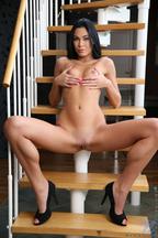 Nikita Black masturbándose con un dildo en unas escaleras, foto 6