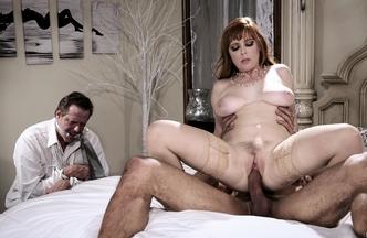 Penny Pax metiéndose el rabo de Carlo Carrera mientras Hef Pounder mira como se la follan, foto 22