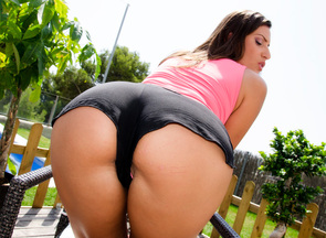 Sensual Jane en un anal en el jardín de su casa, foto 2