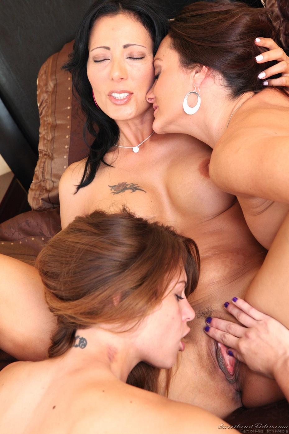 Actrices Porno Lesbica trío lésbico entre kasey chase, michelle lay y zoey holloway
