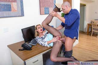Xander Corvus lame y penetra el coñito peludo de Cosima Dunkin, foto 14